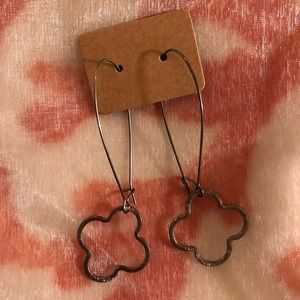 Jewelry - Quatrefoil wire earrings in dark metal ☀️⚡️🌟